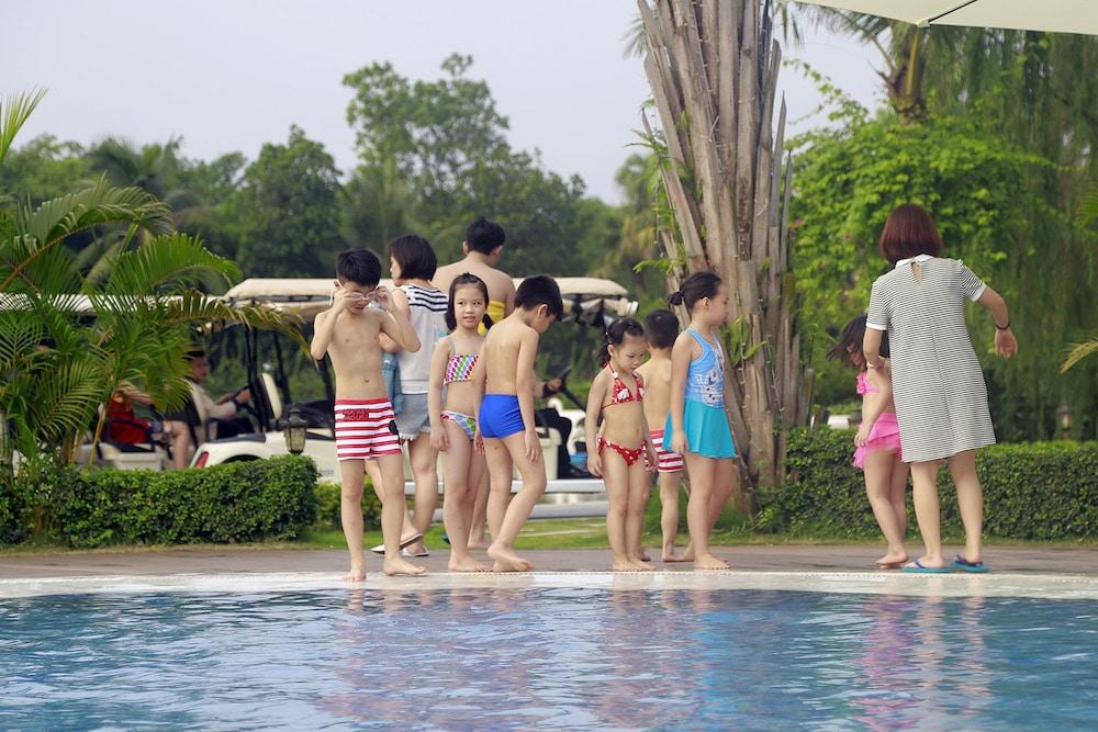 trẻ em bơi lội ở flc vĩnh phúc
